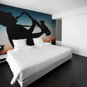 Pokój tematycznie związany z muzyką. Fototapeta umieszczona na całej długości ściany wprowadza nastrojowy klimat. Fot. Design & Wine Hotel.