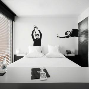 Postacie z aparatami wychodzą z ukrycia. Fot. Design & Wine Hotel.