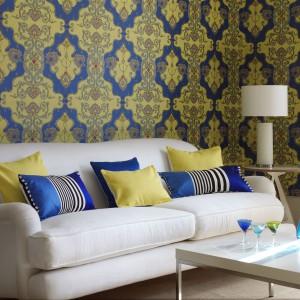 Jeśli nie mamy pomysłu jaką kolorystykę wybrać poduszek, możemy kierować się wyglądem ścian. Fot. Wallpaper Direct.
