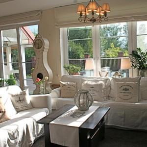 Dzięki poduszkom salon staje się przytulniejszy. Fot. Le Petite Maison.