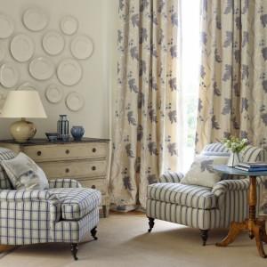 Poduszki są nieodłącznym elementem wyposażenia salonu w stylu cottage. Fot. Colefax and Fovler.