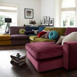 Poduszki w różnych kolorach i kształtach mogą być awangardową ozdobą wnętrza. Fot. Furniture Village.