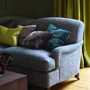 Poduszki dekoracyjne mogą nawiązywać kolorystyką do mebli, ścian czy zasłon. Fot. Colefax and Fovler.