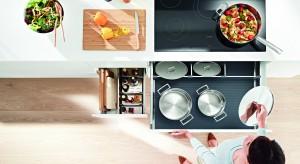 Garnki różnej wielkości, rondelki, patelnie. To niezbędne wyposażenie każdej kuchni. Zobaczcie pomysły na ich przechowywanie.