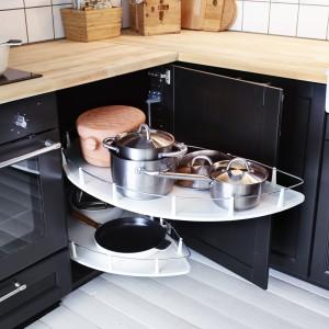 Wysuwane półki do szafki narożnej Utrusta z oferty firmy IKEA. Regulowana półka umożliwia dostosowanie przestrzeni do indywidualnych potrzeb. Pasuje do narożnej szafki stojącej z drzwiami otwieranymi na prawą lub na lewą stronę. Wykończenie: folia melaninowa i stal.