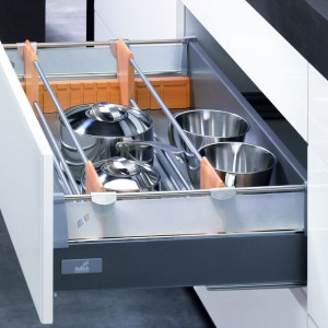 Głęboka szuflad na garnki Innotech z oferty firmy Hettich podwyższonymi bokami i relingami stabilizującymi zawartość. Relingi ułatwiają także utrzymanie porządku wewnątrz szuflady.