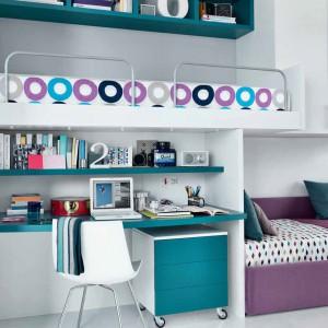 Półki nad biurkiem to niezastąpione rozwiązanie w pokoju ucznia. Fot. GAB.