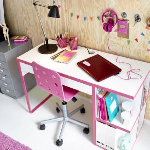 Jeśli biurko nie jest w stanie pomieścić wszystkich pomocy naukowych, można postawić obok komodę. Fot. IKEA.