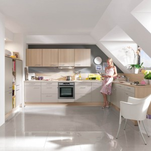 Meble z kolekcji Speed firmy Nobilia. Fronty w dwóch kolorach wykończenia (oba w opcji mat) tworzą udane połączenie. Ich jasna kolorystka optycznie powiększa przestrzeń kuchni, a układ zapewnia pełną funkcjonalność.