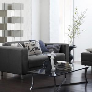 Nowoczesna sofa na metalowych nóżkach w ciemnoszarym kolorze sprawdzi się w każdym wnętrzu. Fot. George.