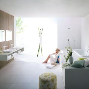 Awangardowa linia armatury PuraVida marki Hansgrohe wyznacza przyszłe trendy w aspekcie formy i funkcji. Atrakcyjna, rzeźbiarska forma oraz powierzchnia w kolorach biel i chrom wnoszą do łazienki nowy wymiar designu. Zasada połączenia dwóch materiałów (DualFinish) sprawia, że powierzchnie idealnie przenikają się ze sobą, a biel i chrom lśnią pełnym blaskiem. Fot. Hansgrohe.