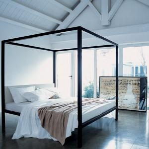 Łóżko z baldachimem: sposób na ciekawą sypialnię