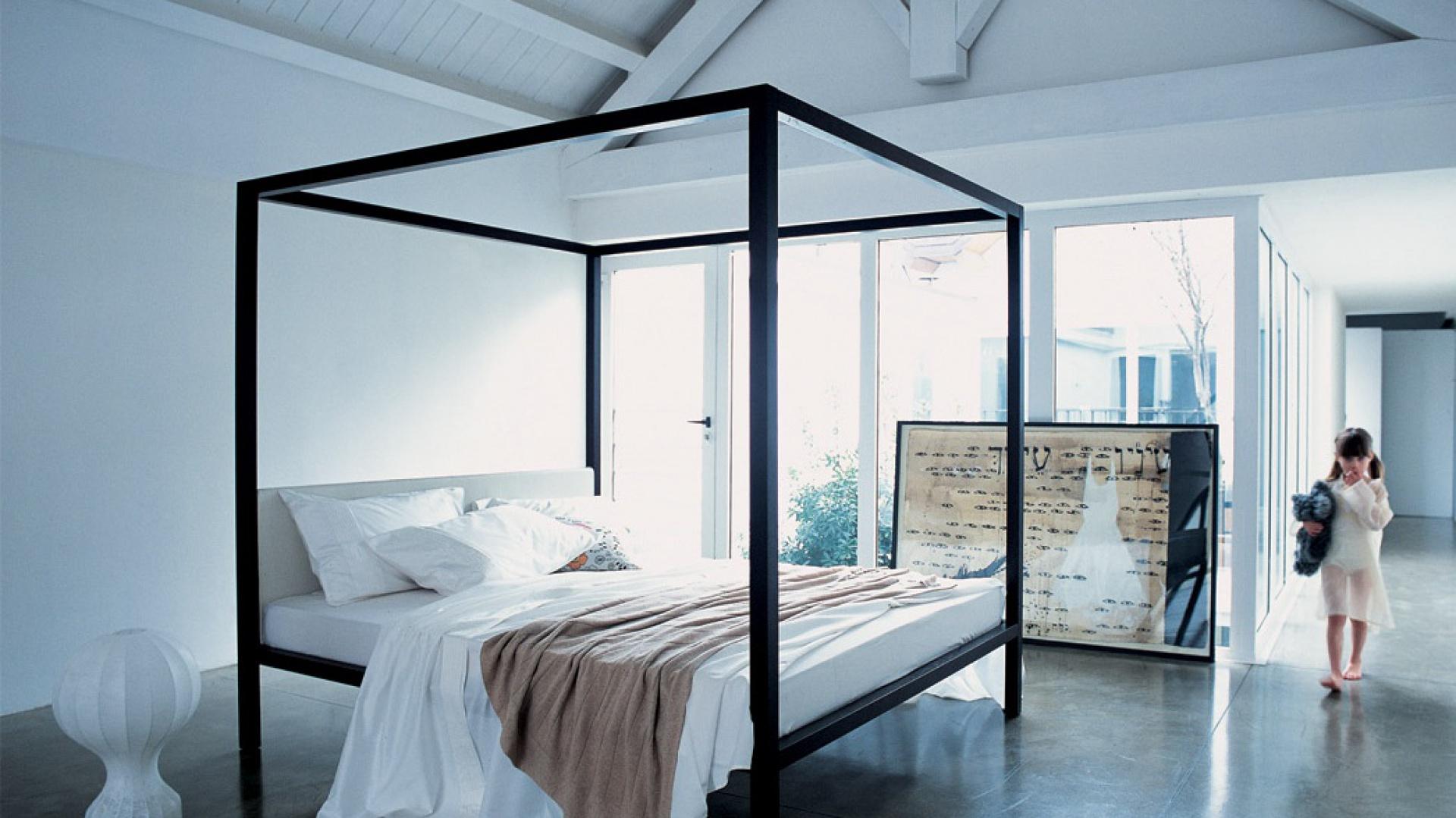 Drewniane łóżko o prostej konstrukcji Milleunanotte z tapicerowanym zagłówkiem. Fot. Zanotta.