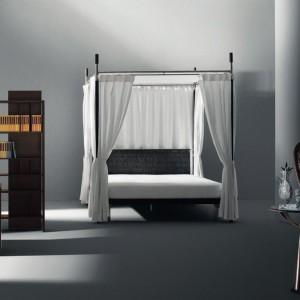 Łóżko z efektownym upięciem baldachimu tworzy kameralną atmosferę. Fot. Driade.