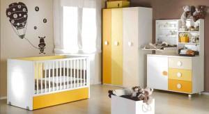 To, że promienie słońca poprawiają humor wiedzą chyba wszyscy. Jesienią, gdy jest ich coraz mniej, warto wprowadzić do otoczenia dodatki w żółtym kolorze. Zobaczcie, jak rozweselić pokój dziecka z wykorzystaniem detali o słonecznej barwie.