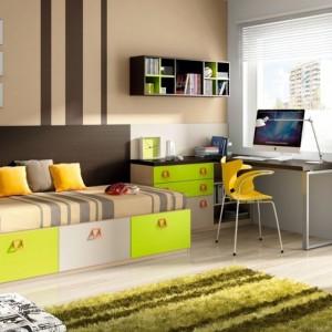 Żółte poduszki dekoracyjne i krzesło w zupełności wystarczą, by ożywić aranżację. Fot. Muebles Lara.
