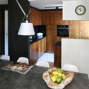 Kuchnia jest niewielka (ok. 9 m² bez jadalni), ale w pełni funkcjonalna i bardzo pojemna. Na tak małej powierzchni rozmieszczono sporą ilość wszelkiego rodzaju szafek, szafeczek, półek i półeczek. Projekt: Kasia i Michał Dudko. Fot. Bartosz Jarosz.