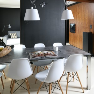 Od strony jadalni ścianka działowa wykończona została czarną farbą, które doskonale pasuje do bieli i koloru szarego. Projekt: Kasia i Michał Dudko. Fot. Bartosz Jarosz.