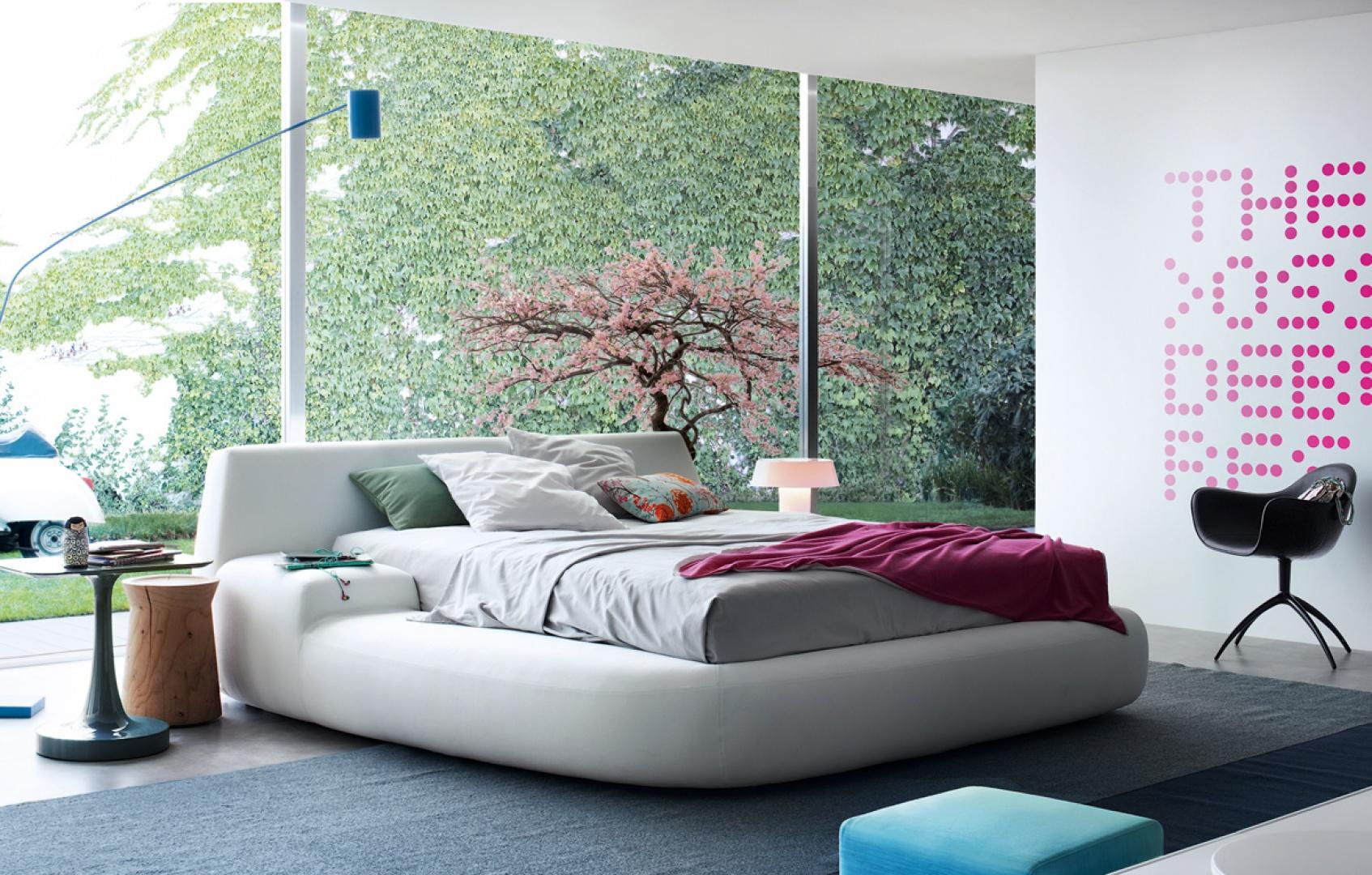 Big Bed to łóżko o obłych kształtach. Łózko dostępne z podłokietnikiem umieszczonym po prawej lub lewej stronie. Fot. Poliform.