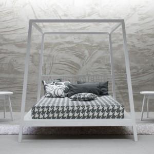 Łóżko z baldachimem z  kolekcji Gray. Fot. Gervasoni.