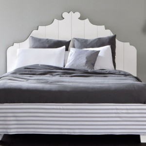 Łóżko z kolekcji Gray z oryginalnym wzorem drewniananego wezgłowia. Fot. Gervasoni.