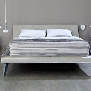 Model Tray o prostej, ponadczasowej formie. Nogi wykonane z litego drewna. Fot. Letti & Co.