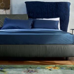 Łóżko z plastycznymi zagłówkami powstało przy współpracy z marką Poltrona Frau. Fot. Poltrona Frau.