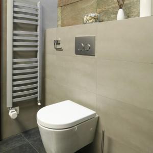 Podwieszaną toaletę ulokowano tuż przy designerskim grzejniku. Projekt Piotr Stanisz. Fot. Bartosz Jarosz.
