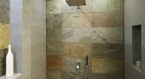 Mała przestrzeń łazienki nie oznacza od razu aranżacyjnych kompromisów. Doskonale wiedzą o tym właściciele niewielkiego domu, którzy zdecydowali, iż ich gościnną łazienkę ozdobi kamień.<br /><br />