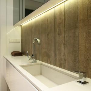Nieduża łazienka została urządzona w nowoczesnym stylu. dominuje tu biel obecna nie tylko na ścianach, ale i meblach oraz ceramice sanitarnej. Projekt Dominik Respondek. Fot. Bartosz Jarosz.