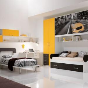 Żółte elementy frontów nawiązują do koloru samochodu zdobiącego drzwi poziomej szafki. Fot. Spar.