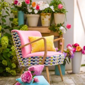 Do wielobarwnej tapicerki pasują różne kolory poduszek dekoracyjnych. Fot. Deca.