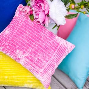 Poduszki z weluru w geometryczny wzór, w kolorze różowym i żółtym. Tkanina Designers Guild Borgholm. Fot. Deca.