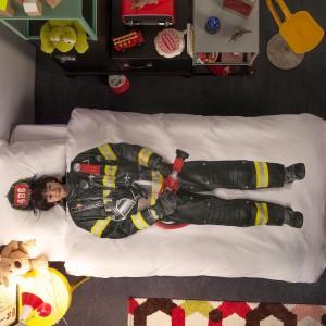 Pościel z nadrukiem stroju strażaka dla małych i dużych chłopców.  Pościel w 100% wykonana z bawełny. Fot. Snurk.