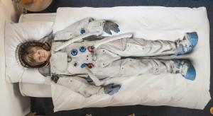Holenderska marka Snurk w swojej ofercie ma wiele pomysłowych kompletów pościeli. Znajdziemy tkaniny z nadrukiem stroju księżniczki, astronauty czy motylami z origami.