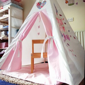 Ustawienie namiotu na dywanie lub wykładzinie zabezpieczy dzieci przed chłodem bijącym od podłogi. Fot. Myweeteepee.