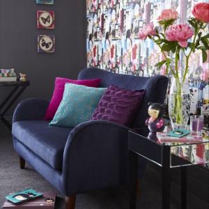 Granatowa sofa wniesie nieco powago do kolorowej aranżacji. Fot. Tesco Direct.