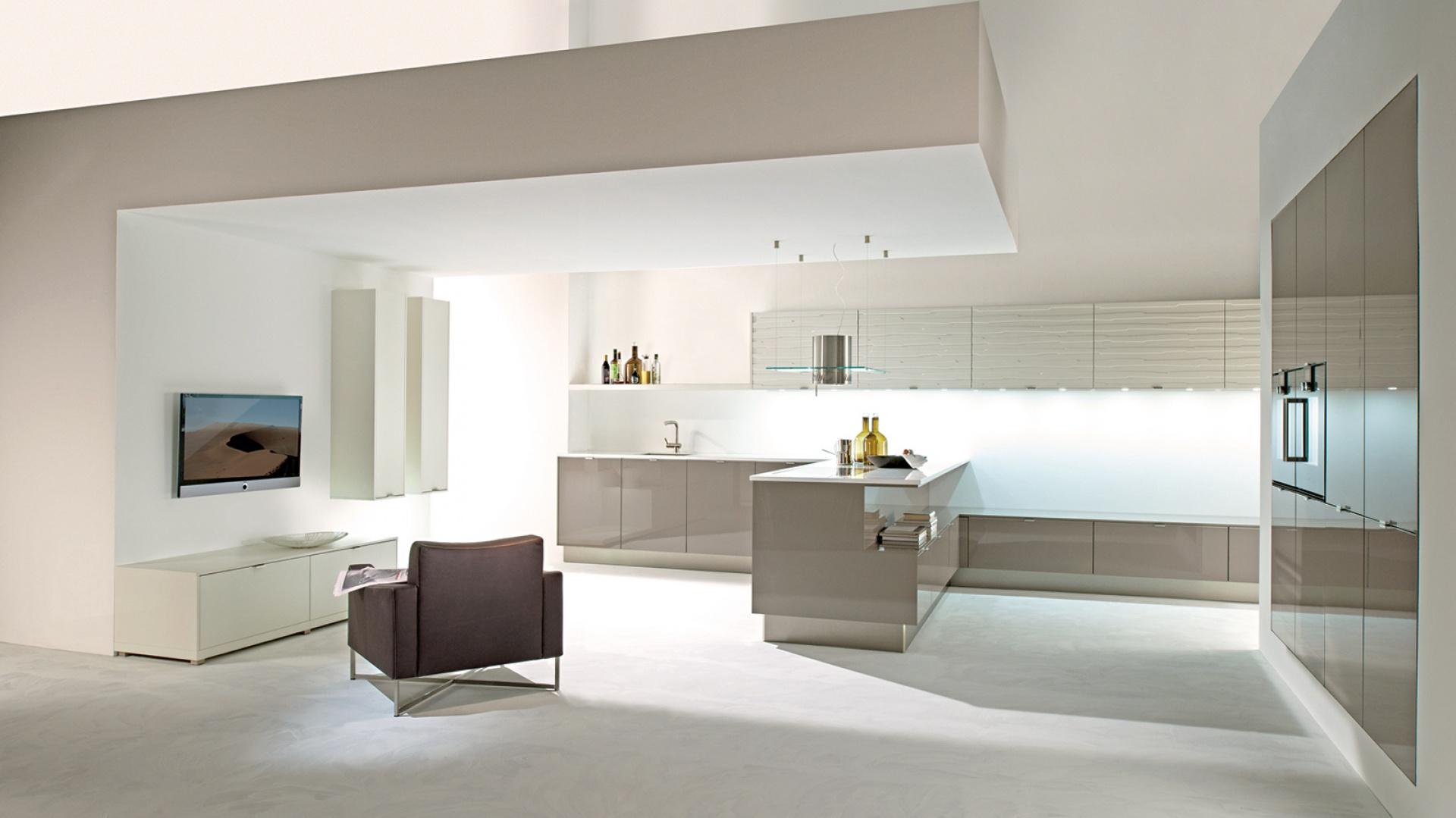 Lakier o wysokim połysku w połączeniu z matowymi powierzchniami i wzorem, który nada każdej kuchni charakteru. Fot. Lome.