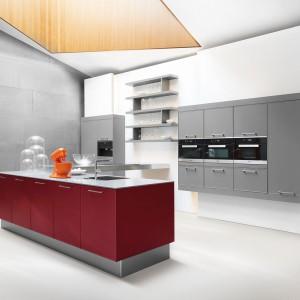 Zupełnie nowy pomysł na kuchnie! Stylistyka zachwyca tak samo jak  ekskluzywne materiały oraz perfekcyjna dokładność wykonania. Emotion Nova to zupełnie inne podejście do nowoczesnej kuchni w stylu high tech. Fot. Lome.