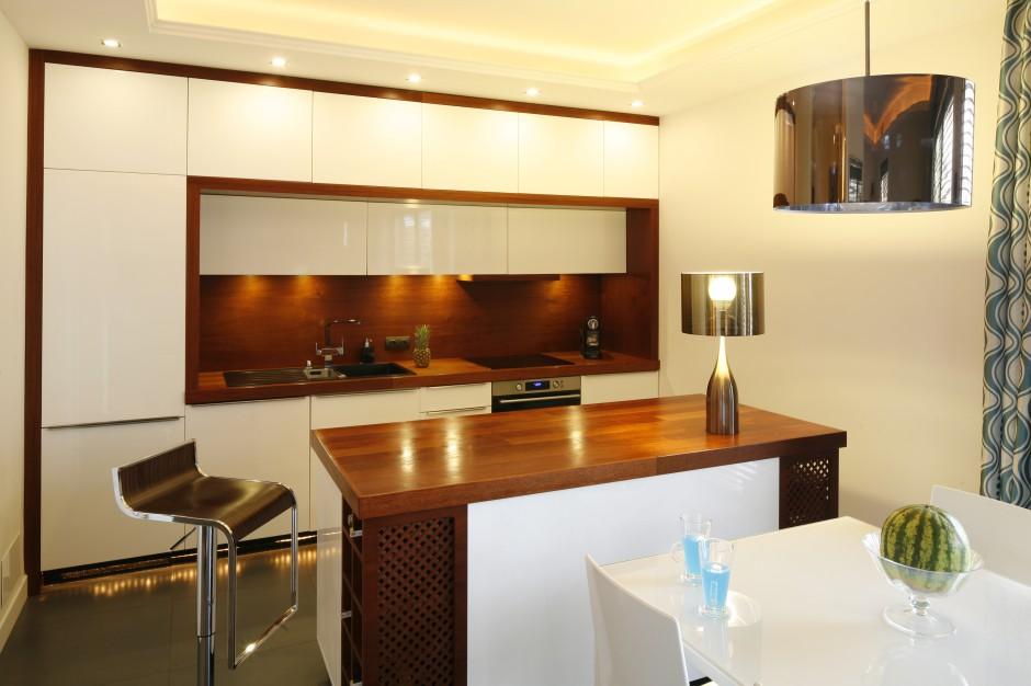 W kuchni królują dwa Biała kuchnia ocieplona drewnem   -> Kuchnia Biala Ocieplona Drewnem