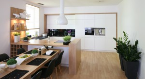 Biel i drewno to idealne zestawienie. Modne i ponadczasowe. Efektowne i piękne. Warto je mieć w swojej kuchni.