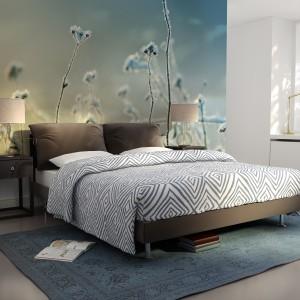 Delikatne kolory i roślinne motywy świetnie sprawdzą się w spokojnych, stonowanych sypialniach. Fot. Dekornik.