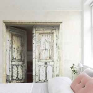 Otwarte drzwi to pomysł na ciekawą, przestrzenną fototapetę, która świetnie sprawdzi się w sypialni o każdym metrażu. Fot. Mr Perswall.