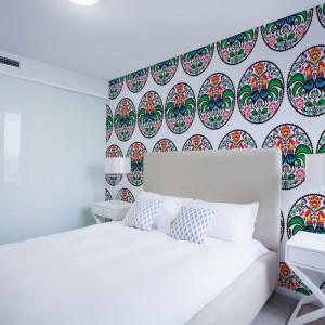 Fototapeta z folkowym motywem to pomysł na oryginalną aranżację sypialni. Fot. Dekornik.