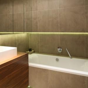 Urządzona z niezwykła elegancją łazienka ubrana została w ciemny odcień szarości. To ona nadał ton całej aranżacji czynią wprowadzając do wnętrza hotelowy dystans, będący synonimem luksusu. Projekt Agnieszka Ludwinowska. Fot. Bartosz Jarosz.