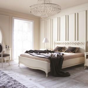 Meble z kolekcji Verona to propozycja do klasycznych wnętrz. Delikatne rzeźbienia, dekoracyjne wezgłowie łóżka, dekoracyjne uchwyty podkreślają tradycyjny charakter mebli. Fot. Taranko.