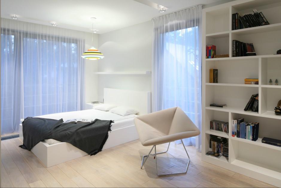 W sypialni dominuje biały kolor. Biel mebli i ścian ociepla delikatna, jasna podłoga oraz kolorowe dodatki. Proj. Nasciturus design. Fot. Bartosz Jarosz.