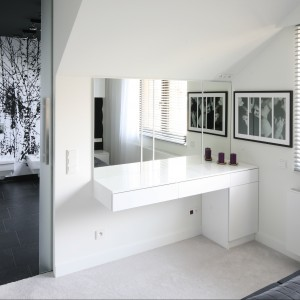 Z sypialni mamy bezpośredni dostęp do łazienki utrzymanej w tej samej kolorystyce co sypialnia. Proj. Dominik Respondek. Fot. Bartosz Jarosz.