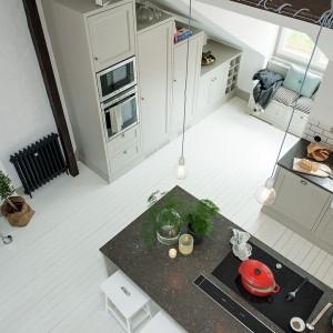 Łączona przestrzeń kuchni i salonu zwieńczona została imponująco wysokim sufitem, sięgającym 4,5 m nad podłogę. Fot. Alvhem Makleri.