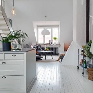 To dwustronne mieszkanie na poddaszu z dodatkową powierzchnią antresoli to kwintesencja wszystkiego, co czyni styl skandynawski wyjątkowym. Fot. Alvhem Makleri.
